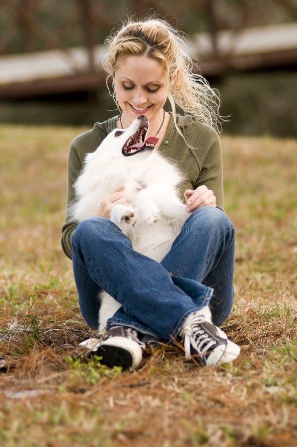 Mädchen-Holding-Hund lizenzfreie stockfotografie