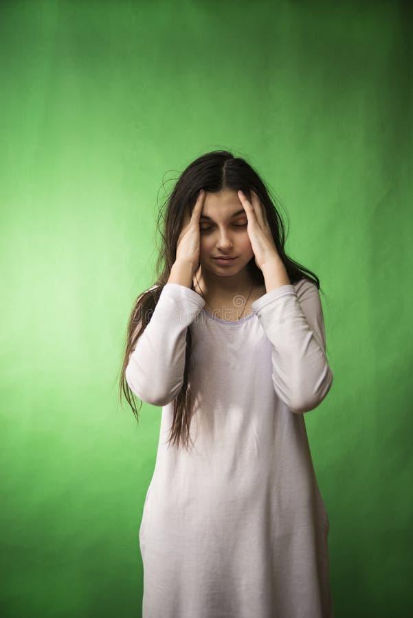 Mädchen in ihrem Nachthemd möchte schlafen lokalisierter Farbenreinheitsschlüssel lizenzfreie stockfotos