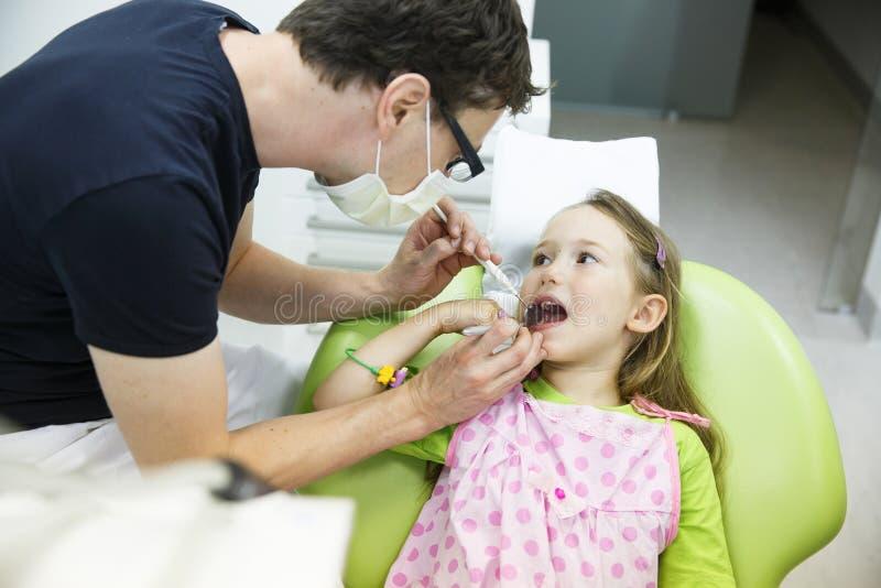 Mädchen in ihrem Zahnarztbüro lizenzfreie stockfotos