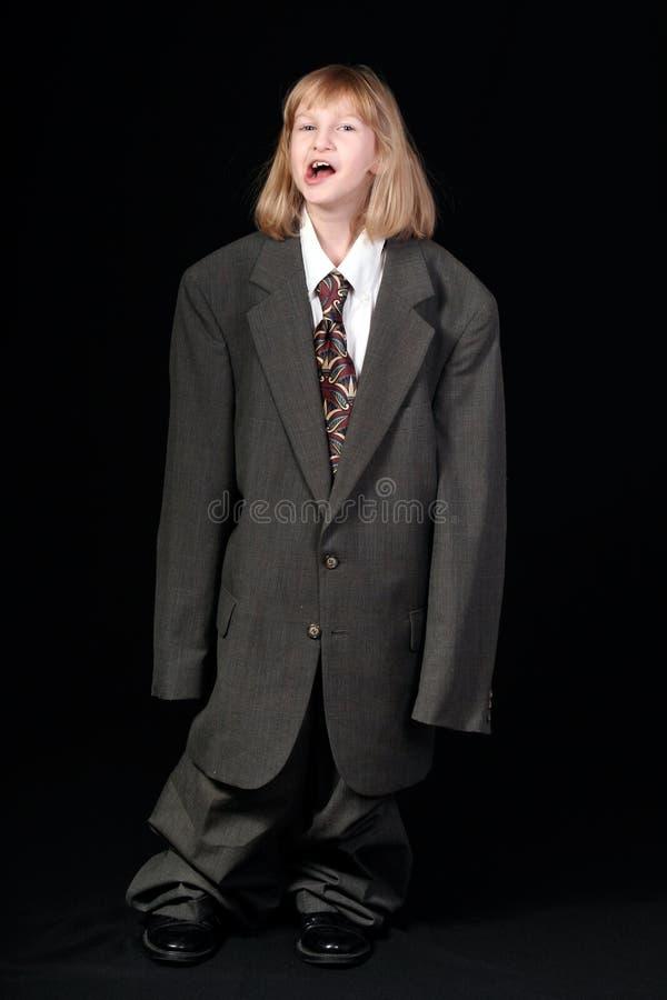 Mädchen im Anzug des Vatis stockfoto