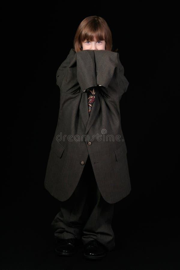 Mädchen im Anzug des Vatis stockfotos