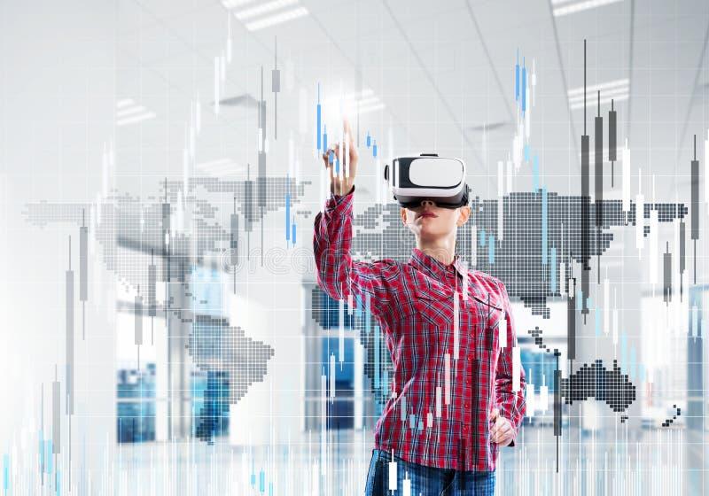 Mädchen im Büro virtuelle Technologiewelt erfahrend Gemischte Medien lizenzfreies stockfoto