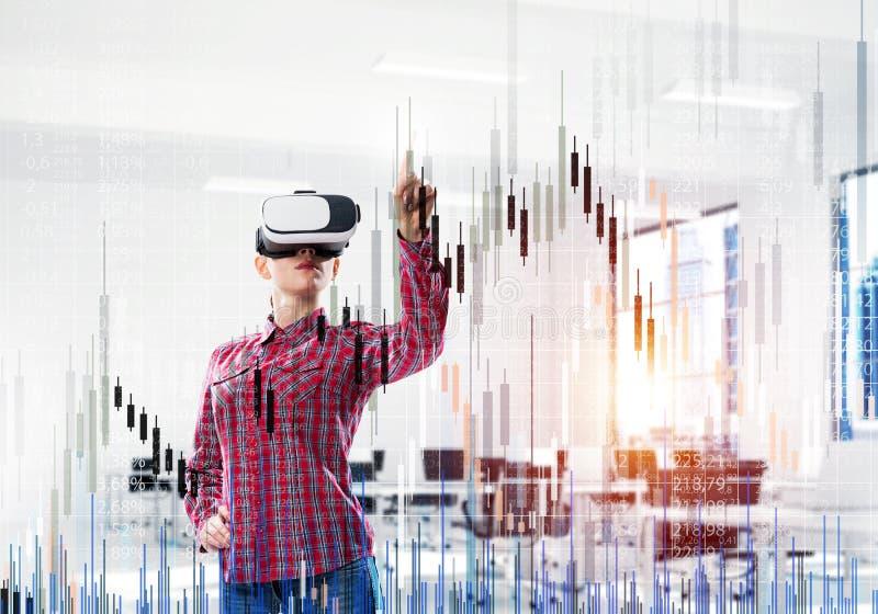 Mädchen im Büro virtuelle Technologiewelt erfahrend Gemischte Medien stockfotos
