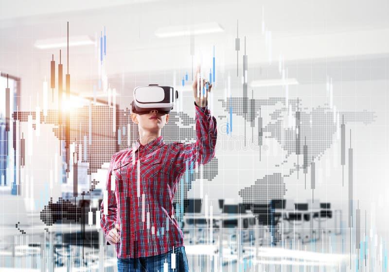 Mädchen im Büro virtuelle Technologiewelt erfahrend Misch-medi lizenzfreies stockfoto