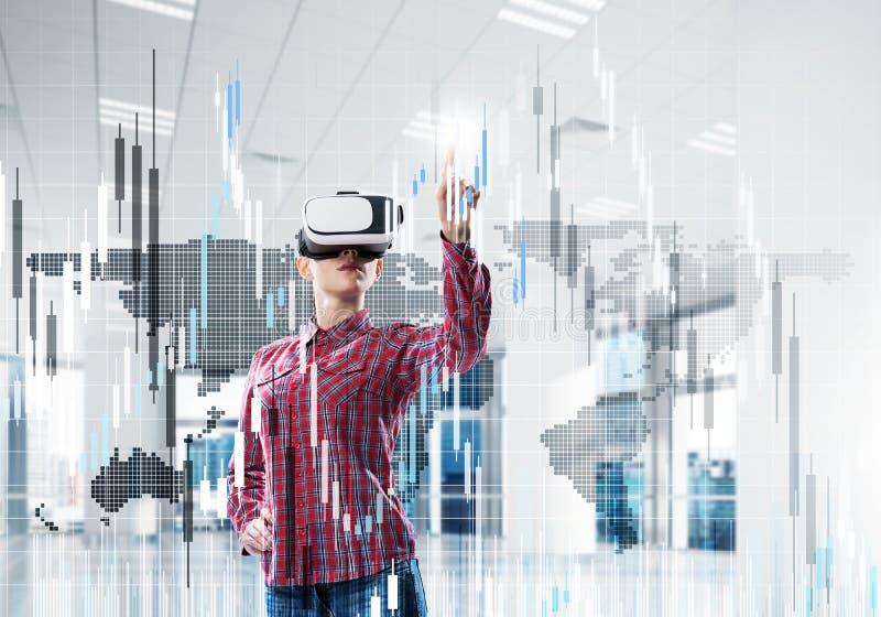 Mädchen im Büro virtuelle Technologiewelt erfahrend Misch-medi stockbilder