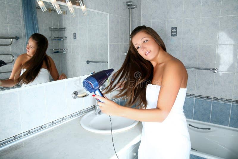 Mädchen im Badezimmer stockbilder