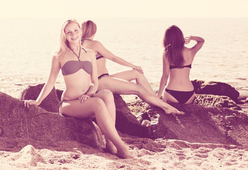 Mädchen im Bikini auf Strand stockbilder