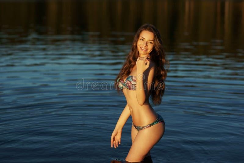 Mädchen im Bikini, der im Wasser steht lizenzfreies stockfoto