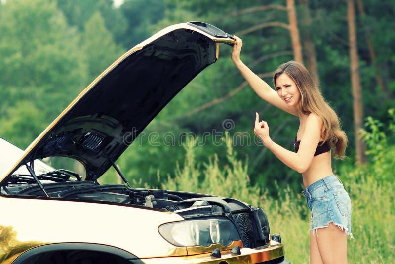 Mädchen im Bikini und im Auto lizenzfreie stockbilder