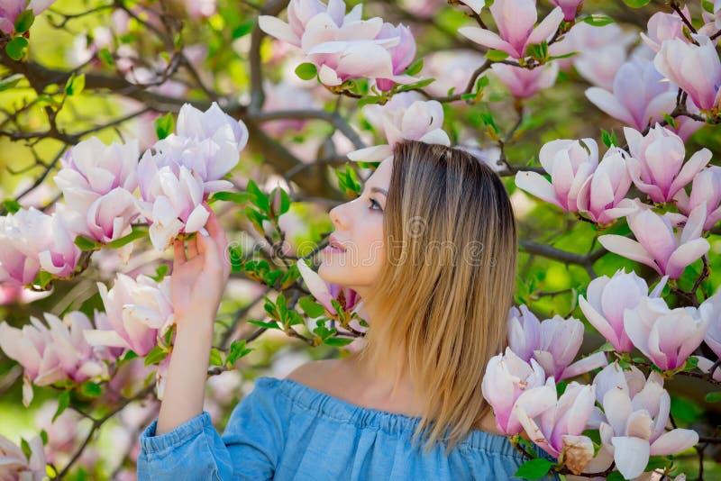 Mädchen im Blütenmagnoliengarten stockfotos