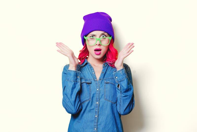 Mädchen im blauen Hemd, im purpurroten Hut und in den grünen Gläsern stockfotografie