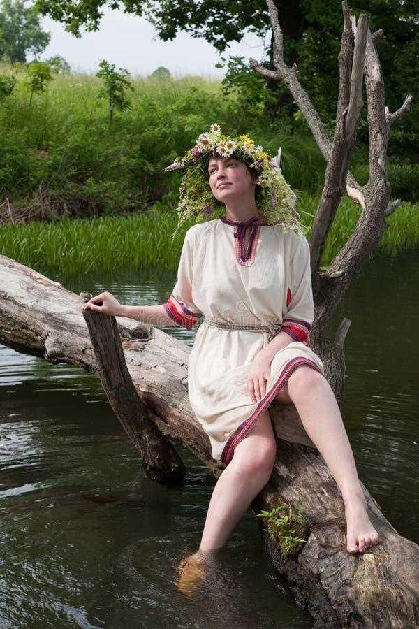 Mädchen im Blume Chaplet in Fluss stockfoto