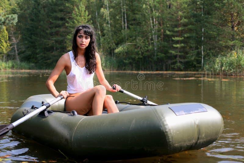 Mädchen im Boot stockbilder