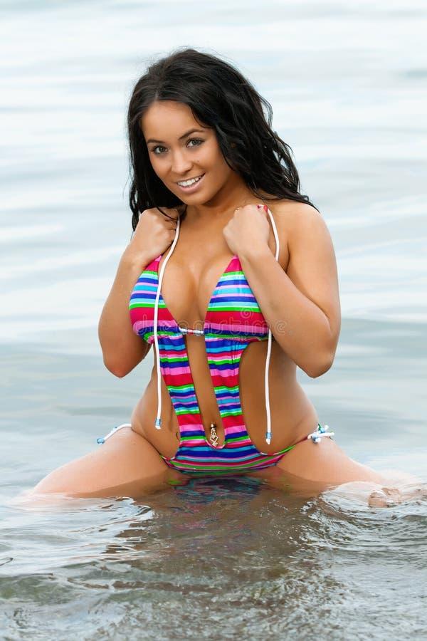 Mädchen im bunten Bikini stockfotos