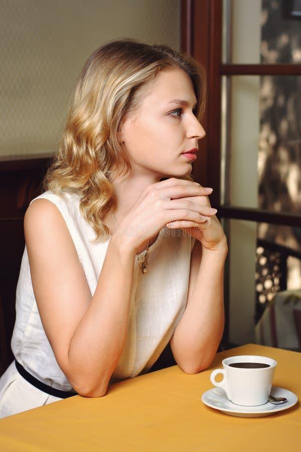 Mädchen im Café mit Tasse Kaffee lizenzfreies stockfoto