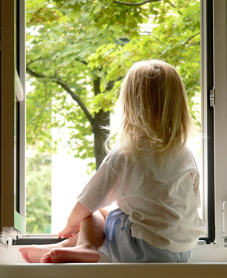 Mädchen im Fenster lizenzfreies stockbild