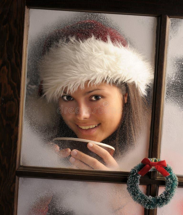 Mädchen im Fenster mit Becher lizenzfreie stockfotos