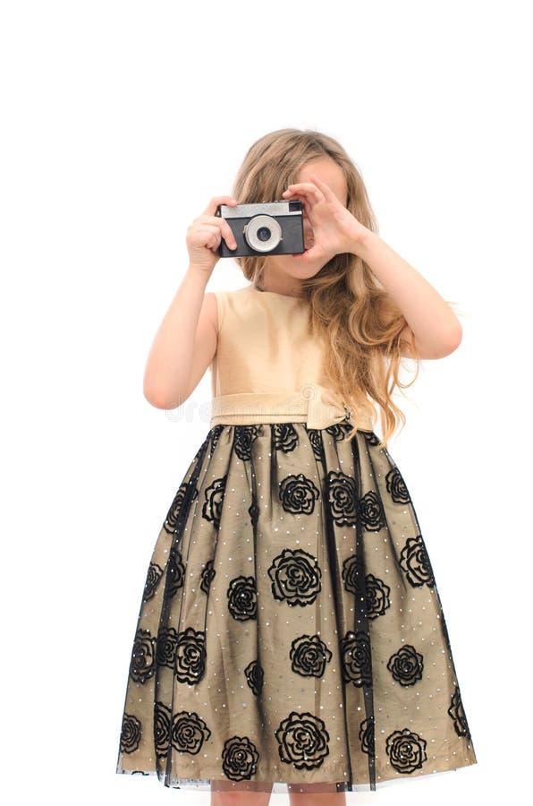 Mädchen im festlichen Kleid mit Retro- Kamera stockfotos