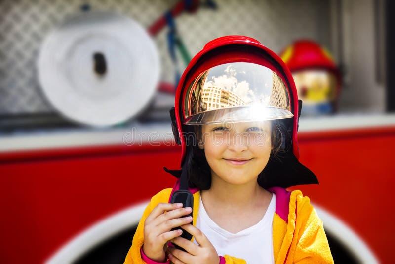 Mädchen im Feuerwehrmann-Sturzhelm stockfotografie