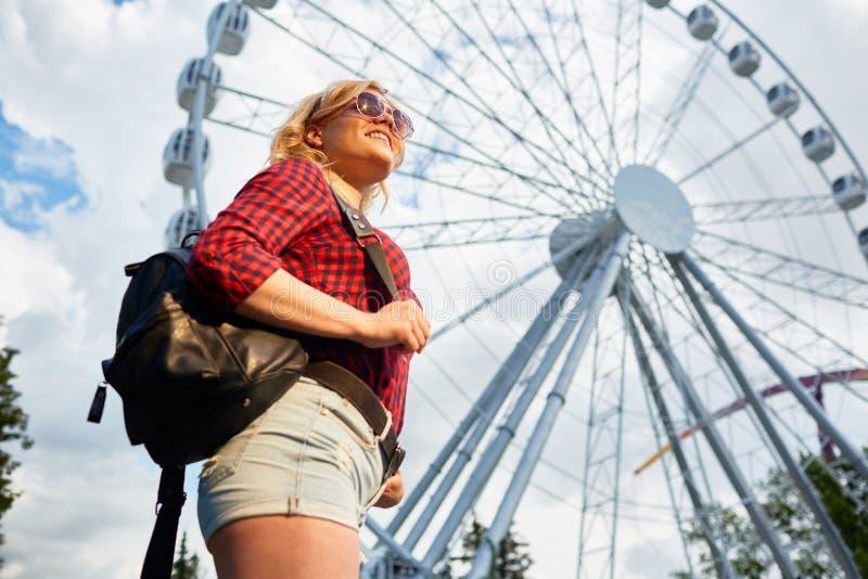 Mädchen im Freizeitpark lizenzfreies stockfoto