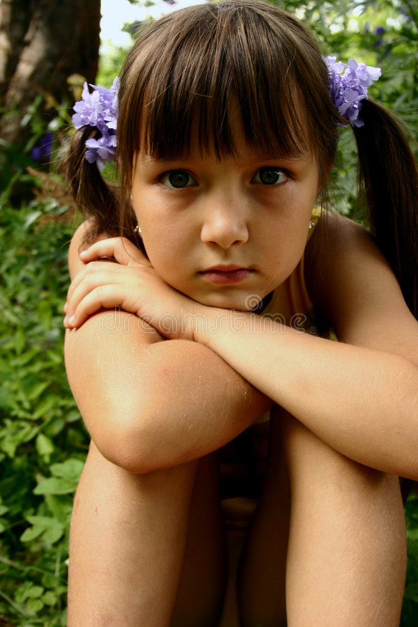 Mädchen im Garten lizenzfreies stockbild