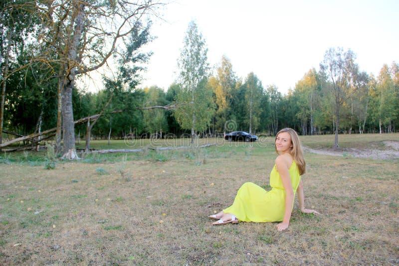 M?dchen im gelben Kleid auf dem Gebiet stockbilder