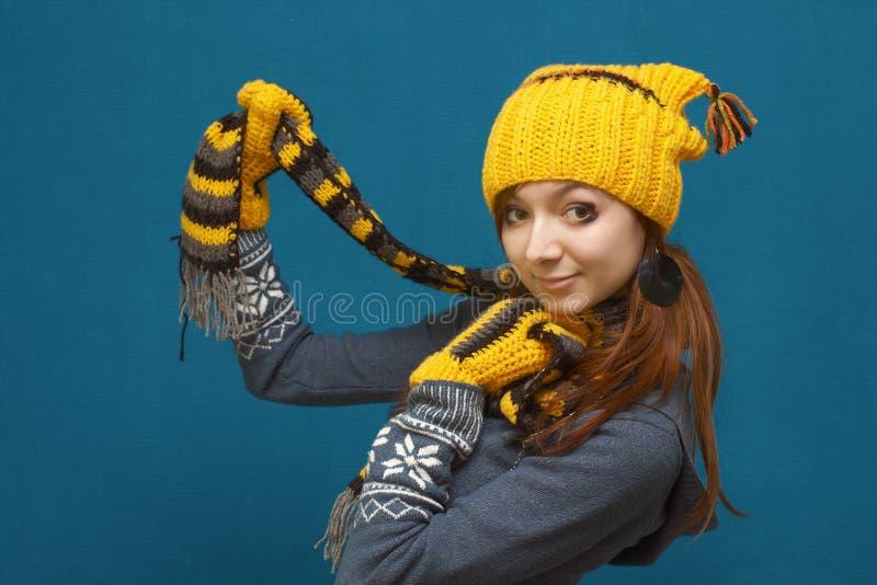 Mädchen im gelben Winterhut lizenzfreies stockbild