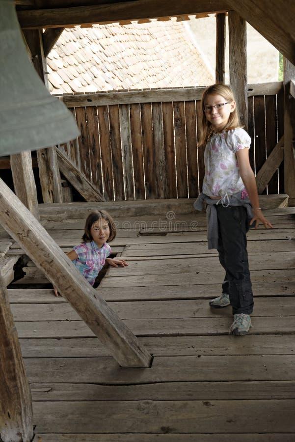 Mädchen im Glockenturm lizenzfreie stockbilder