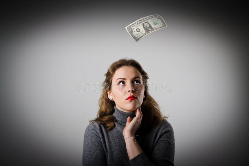 Mädchen im Grau und in einem Dollar lizenzfreie stockfotos