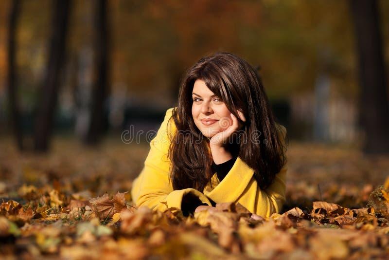 Mädchen im Herbst lizenzfreies stockbild