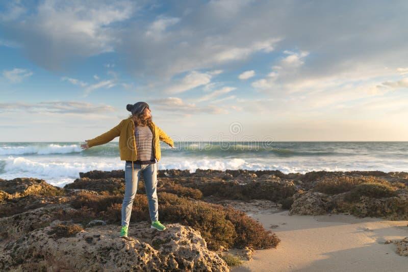 Mädchen im Herbst durch das Meer lizenzfreies stockfoto