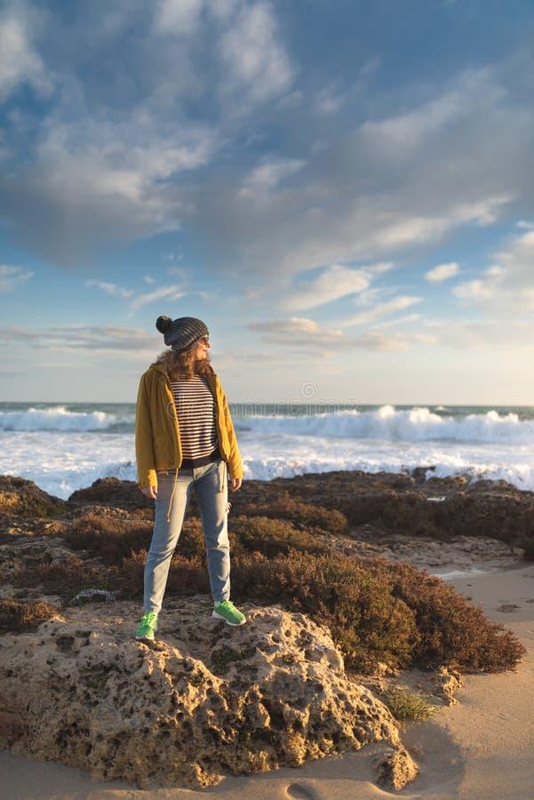 Mädchen im Herbst durch das Meer lizenzfreies stockbild