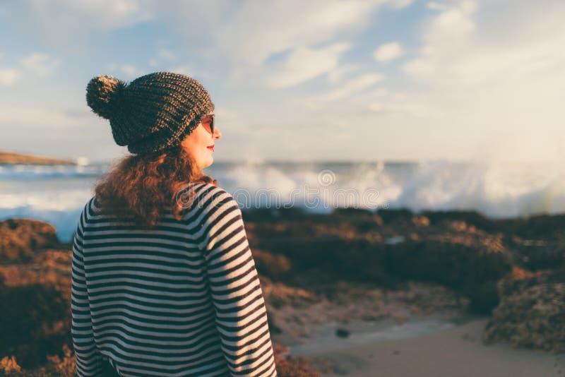 Mädchen im Herbst durch das Meer stockfotos