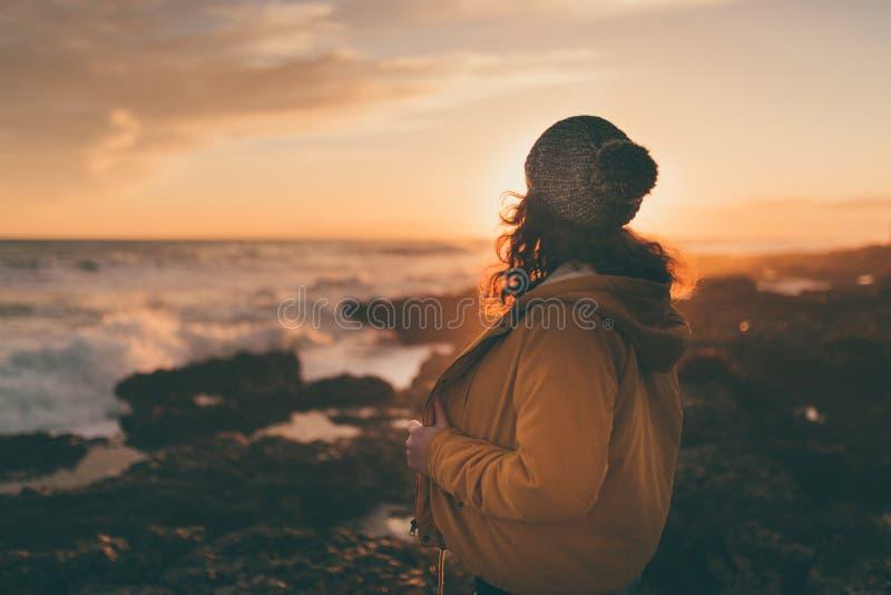 Mädchen im Herbst durch das Meer stockbilder