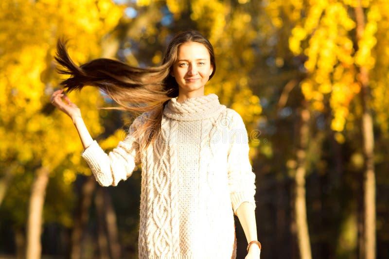 Mädchen im Herbst im Park lizenzfreies stockfoto