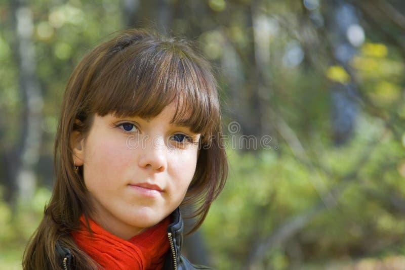 Mädchen im Herbstpark lizenzfreie stockbilder