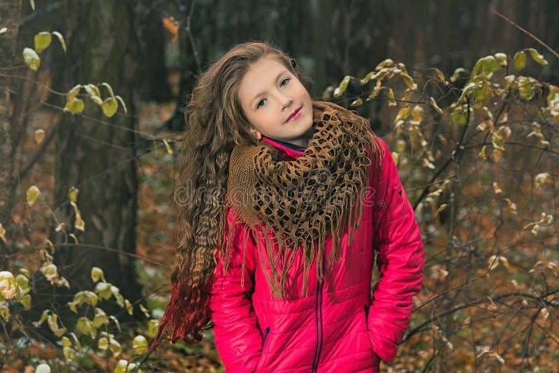 Mädchen im Herbstwald lizenzfreie stockfotos