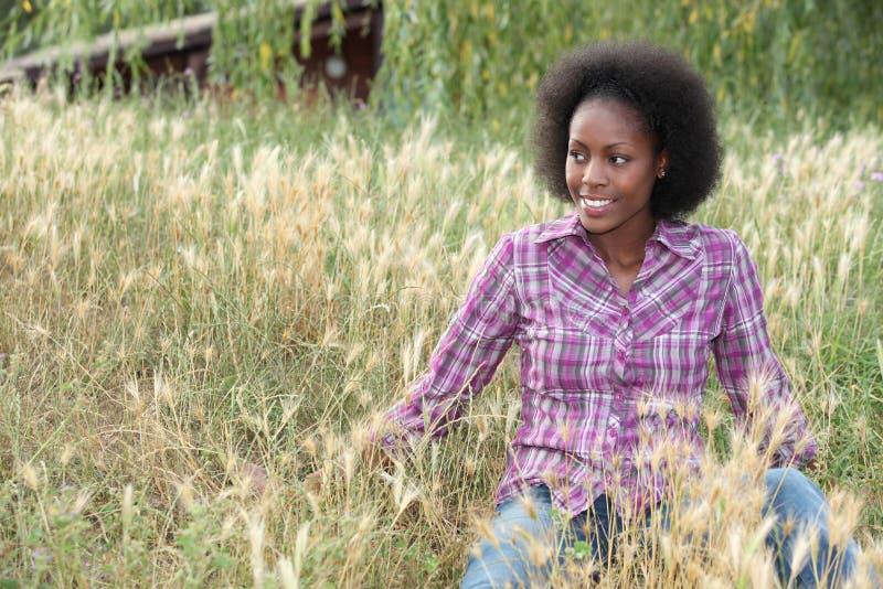 Mädchen im hohen Gras lizenzfreies stockfoto