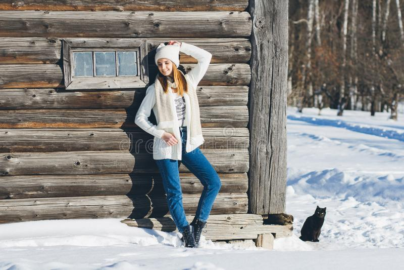 Mädchen im Hut und in den Handschuhen im Winter lizenzfreies stockbild