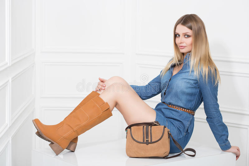 Mädchen im Jeans-Kleid lizenzfreie stockfotografie