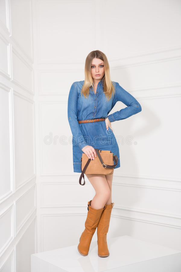 Mädchen im Jeans-Kleid lizenzfreies stockbild
