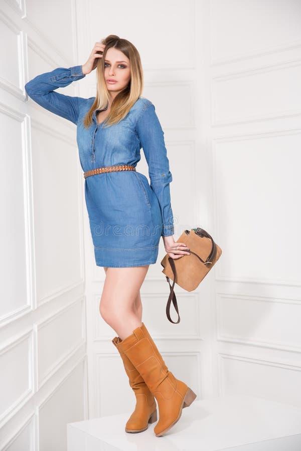 Mädchen im Jeans-Kleid lizenzfreie stockbilder