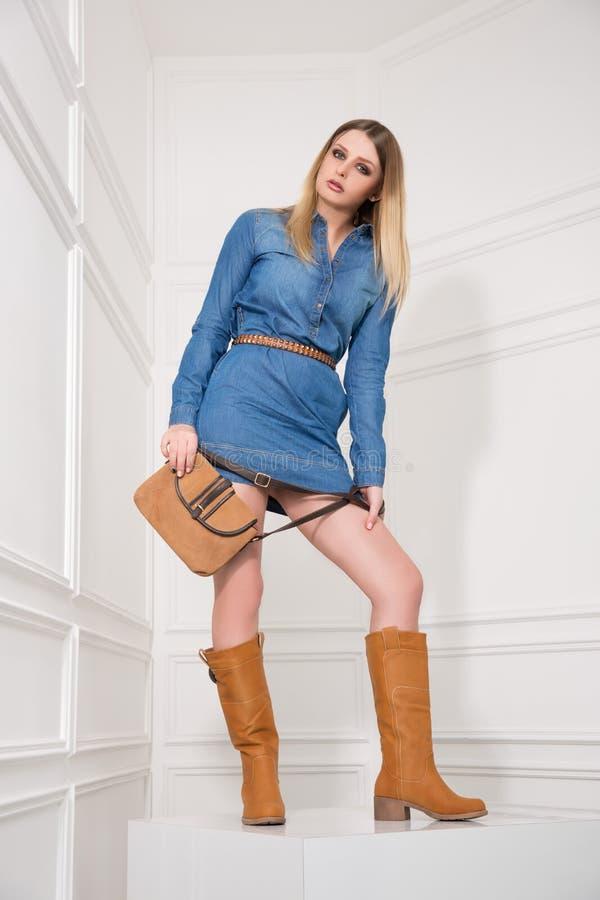 Mädchen im Jeans-Kleid stockfoto