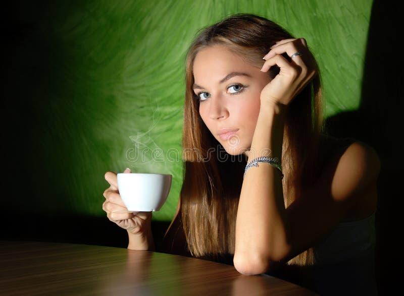 Mädchen im Kaffee lizenzfreies stockbild