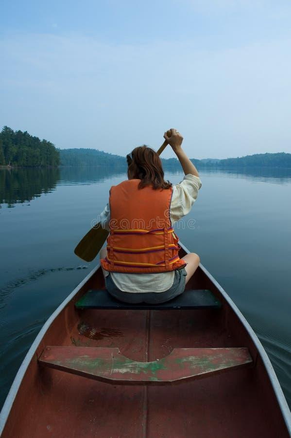 Mädchen im Kanu lizenzfreies stockfoto