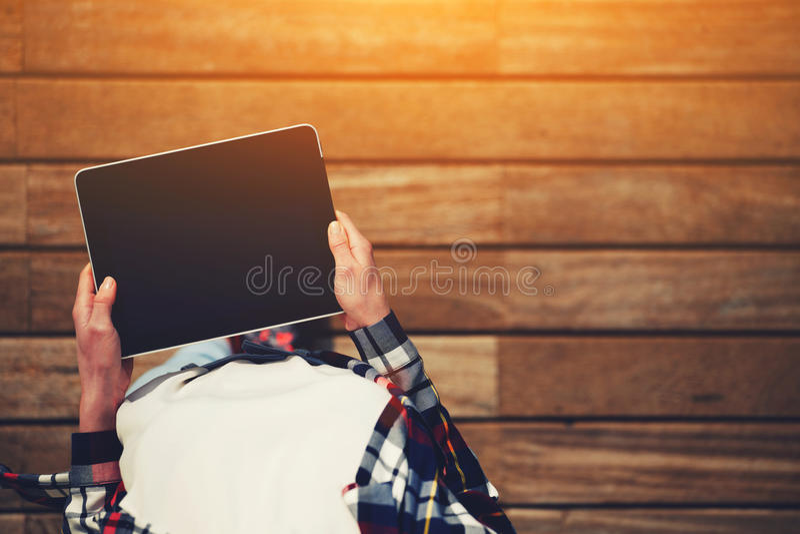 Mädchen im karierten Hemd und in weißem T-Shirt, die leere digitale Tablette halten stockfotos