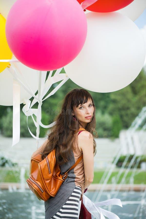 Mädchen im Kleid mit Ballonen lizenzfreies stockbild