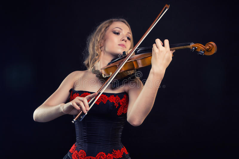 Mädchen im Kleid, welches die Geige spielt lizenzfreies stockbild