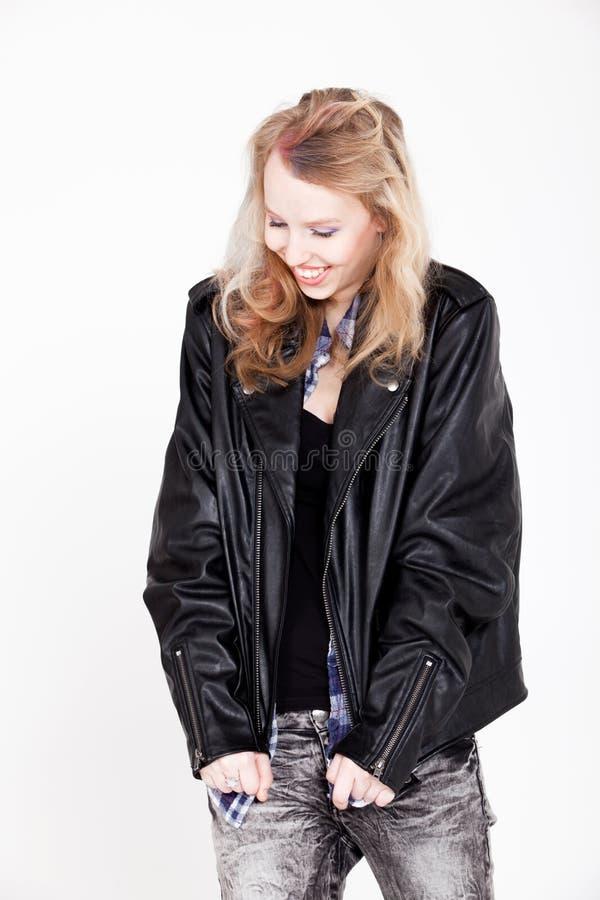 Mädchen im Leder lächelt lizenzfreies stockfoto