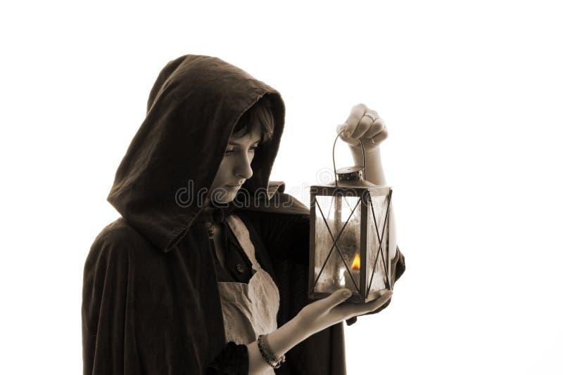 Mädchen im Mantel mit einer Kerzelaterne lizenzfreie stockfotografie